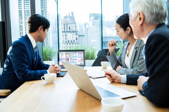 リモート会議を行う企業のビジネスチーム