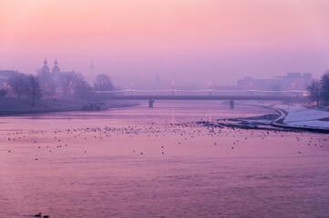 Wschód słońca nad rzeką Wisłą w Krakowie