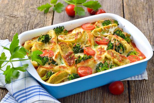 Vegetarischer Auflauf mit schwäbischen Gemüsemaultaschen, Tomaten Brokkoli und Käse – Vegetarian casserole with Swabian vegetable ravioli, tomatoes, broccoli and cheese