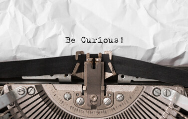 Obraz Text Be Curious typed on retro typewriter - fototapety do salonu