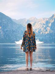 Dziewczyna patrząca w dal na górski krajobraz z jeziorem
