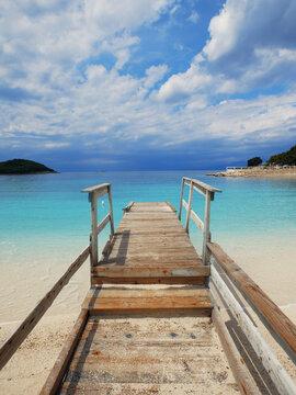 Pomost na pięknej plaży nad oceanem