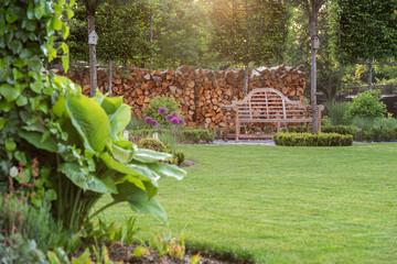 ogród nowoczesny, piękny ogród. ogród wiosną, zielony ogród