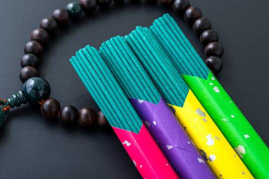 カラフルなパッケージの線香と数珠。