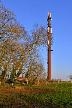 Verticale sur une Antenne relais du paysage normand à Veules-les-Roses (76980), dans le département de Seine-Maritime en région Normandie, France