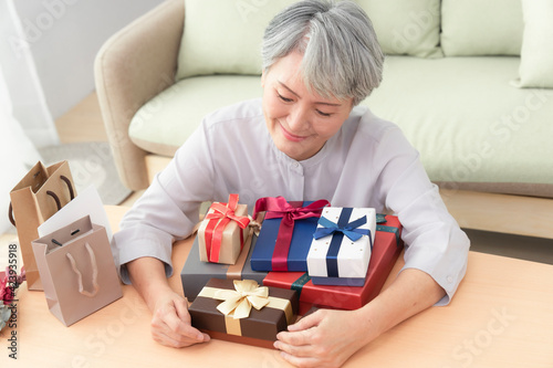 Mom who received many gifts on Mother's Day,She is very happy and moved.