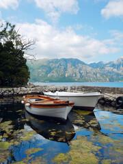 Łodzie w przystani na Zatoce Kotorskiej