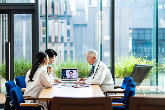 海外の医師とオンライン会議をする医師たち