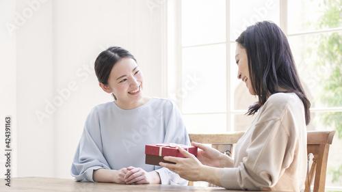母の日に母親にプレゼントを渡す娘