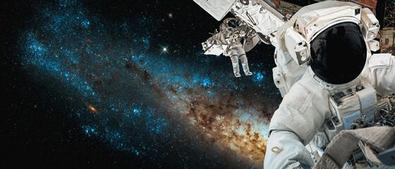 Astronaut-ruimtevaarder doet ruimtewandeling terwijl hij voor een ruimtestation in de ruimte werkt. Astronaut draagt een volledig ruimtepak voor ruimteoperaties. Elementen van deze afbeelding geleverd door NASA-ruimteastronautenfoto& 39 s.