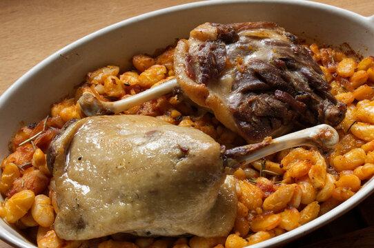 Cuisses de canard confites et haricots tarbais, recette traditionnelle du sud ouest, mêlant le canard et la spécialité de la ville de Tarbes, ces haricots blancs plats cuisinés ici à la sauce tomate