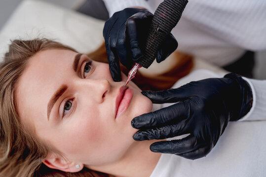 Master making lips permanent makeup