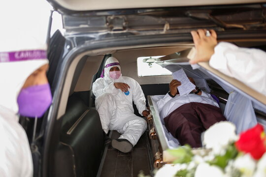 """Carlos Mayorga, Mexican candidate for federal representative, lies in a coffin as part of his campaign slogan """"If I don't deliver, let them bury me alive"""" near the Zaragoza-Ysleta international border bridge between Mexico and the U.S., in Ciudad Juarez"""