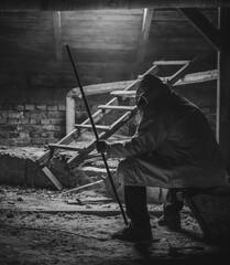 Obraz Siedząca postać na zakurzonym poddaszu. - fototapety do salonu