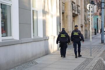 Straż miejska na patrolu miasta wrocław.