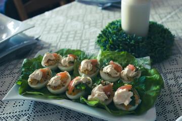 Obraz Jajka faszerowane na stole. - fototapety do salonu