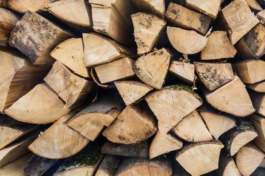 Stère de bois coupé - buches de bois de chauffage empilé - textures avec des troncs d'arbres coupés
