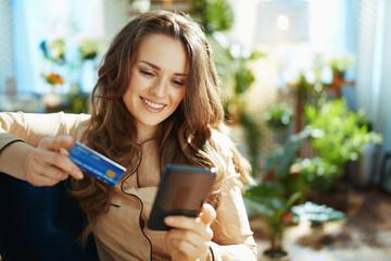 Obraz woman in sunny day making online shopping on e-commerce website - fototapety do salonu