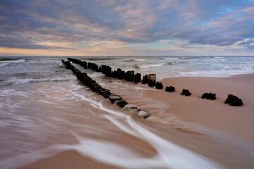 Morze Bałtyckie, falochron na plaży w Kołobrzegu, Polska.