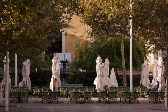 Une terrasse de restaurant déserte. L'absence de clients. Un bar fermé pendant le confinement à cause du Covid. Une client masquée attend dans un restaurant.