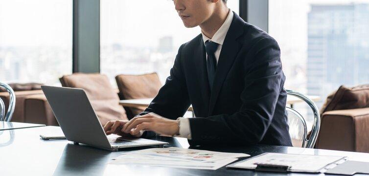 仕事をする若いビジネスマン