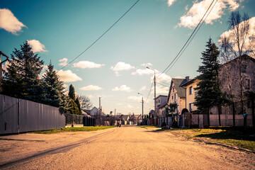 Ulica w małym miasteczku w Polsce.