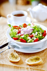 Sałatka warzywna z grzankami, serem feta i pomidorami. Lekki, zdrowy posiłek.