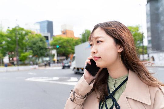 スマートフォン 会話 若い女性
