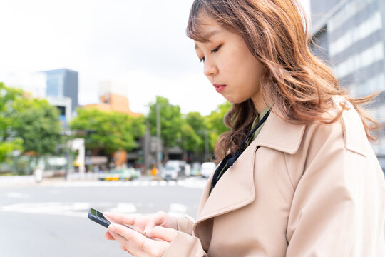スマートフォン 若い女性