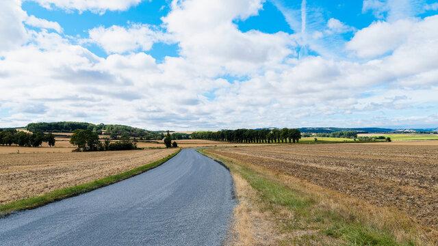 Paysages et routes touristiques de Grande Limagne en Auvergne autour de Charroux dans l'Allier avec vue sur la chaîne des Puys