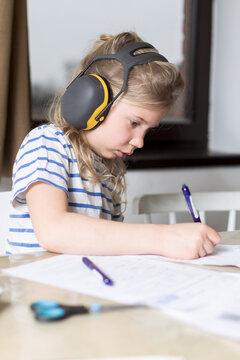 jeune fille étudie à la maison en silence