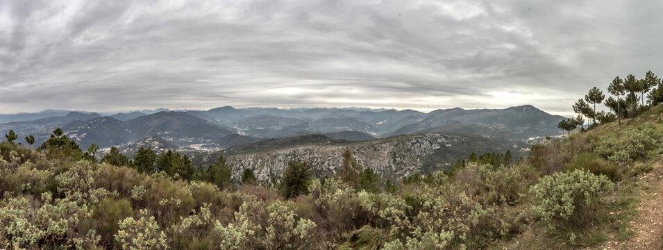 Panorama sur les sommets du Mercantour dans les Alpes du Sud avec un ciel menaçant