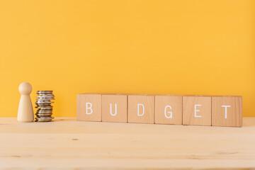 Fototapeta 予算|「BUDGET」と書かれた積み木と人型オブジェとお金