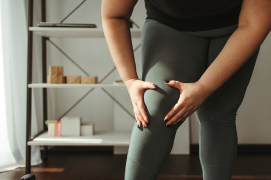 overweight woman suffering from the knee ache