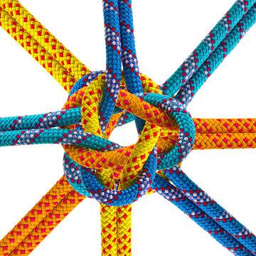 Cordes couleurs synthétiques nouées, fond blanc