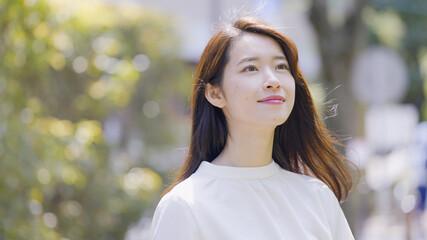 屋外で見上げる若い女性