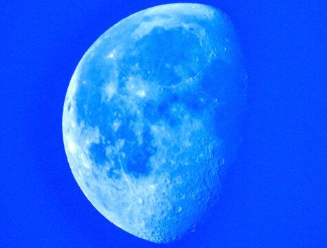 Quartier de lune à l'heure bleue