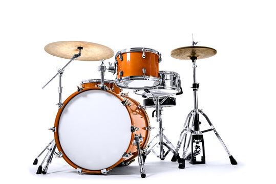 orangenes Schlagzeug vor weißem Grund