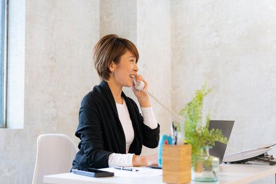 電話で話す日本人ビジネスウーマン