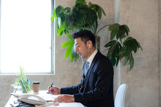 オンラインミーティングをする日本人ビジネスマン