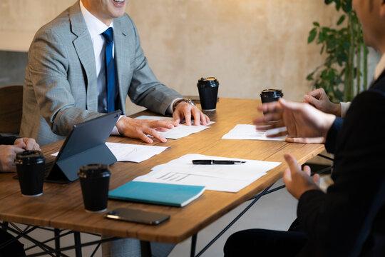 ミーティングをするビジネスマン