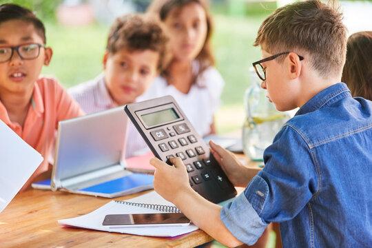 Kinder lernen Mathematik im Nachhilfe Ferienkurs