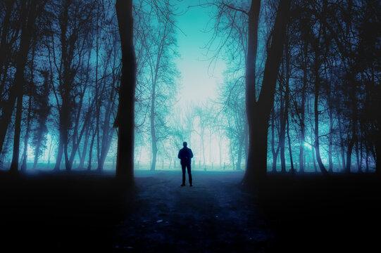 duch mężczyzny we mgle w nocy na cmentarzu