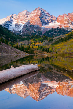 The famous view of the Maroon Bells from Maroon Lake, Aspen, Colorado, USA