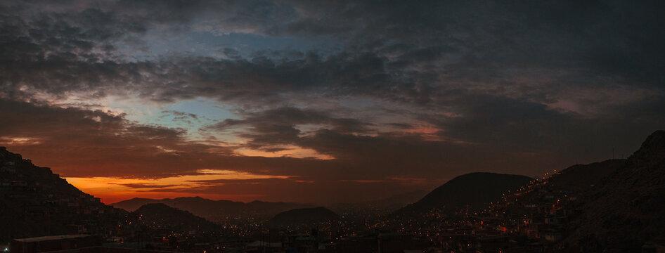 Panoramicas de atardecer de lo alto de las montañas