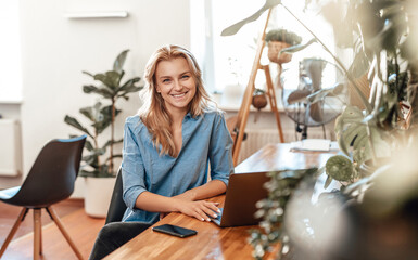 Fototapeta Positive business woman and her occupation in cosy office in daytime