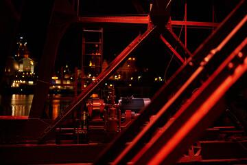 Fototapeta Stary, zabytkowy dźwig portowy nocą