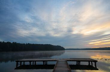 Jezioro o wschodzie słońca