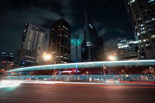 Ciudad al anochecer con luces y edificios de fondo