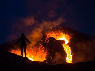 Obraz Vulkan in Island Vulkanausbruch mit Lava - fototapety do salonu